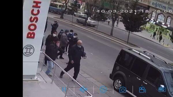 Ankara'da bir zincir market bayisinde küçük kız çocuğuna tacizde bulunduğu iddia edilen şüphelinin, duyarlı bir vatandaşın polisi aradığı esnada olay yerinden kaçışı güvenlik kamerasına yansıdı. - Sputnik Türkiye