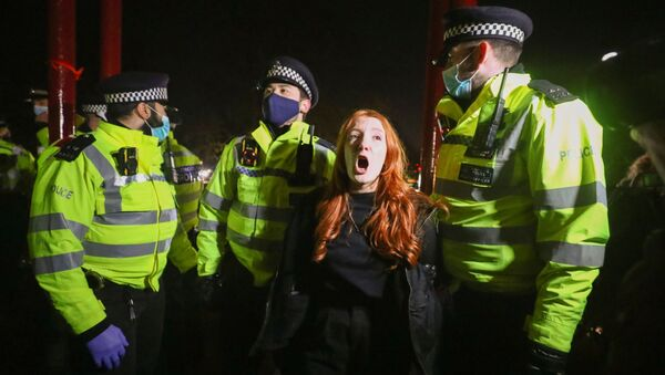 İngiltere'debir polis memurunun öldürdüğü SarahEverardiçin düzenlenen anma törenine polis müdahalede bulundu. - Sputnik Türkiye