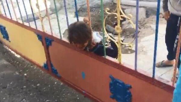 Şanlıurfa'nın Suruç ilçesinde okul bahçesinde oyun oynarken başı demir korkuluğa sıkışan kız çocuğu itfaiye ekiplerince kurtarıldı. - Sputnik Türkiye