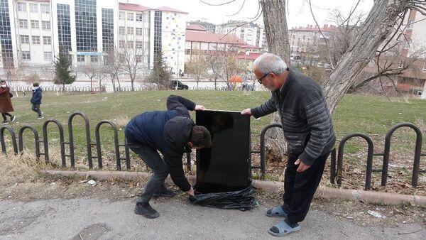 Hırsızlar, yalnız yaşayan adamın 'Tek arkadaşımdı' dediği televizyonu geri bıraktı - Sputnik Türkiye