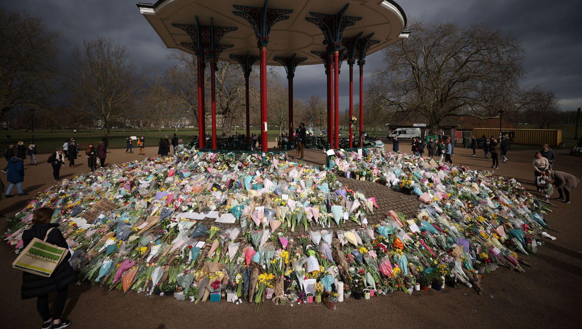 Londra'nın Sarah Everard'ın kaçırılıp öldürüldüğü Clapham Common semtinin açıkhava konser alanında oluşturulan anma yeri - Sputnik Türkiye, 1920, 15.03.2021