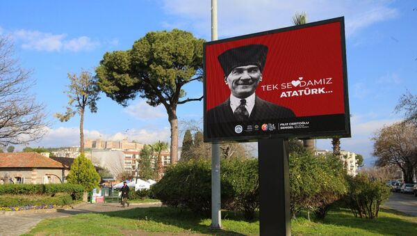 'Love Erdoğan' pankartlarını kaldıran Efes Selçuk Belediyesi, ilçeyi 'Tek Sevdamız Atatürk' afişleriyle donattı - Sputnik Türkiye