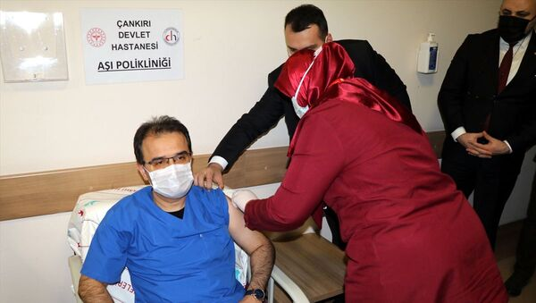 Çankırı Valisi Abdullah Ayaz, Çankırı Devlet Hastanesinde yeni tip koronavirüs (Kovid-19) aşısının ikinci dozunu yaptırdı. Ayaz, burada gazetecilere açıklamalarda bulundu. - Sputnik Türkiye