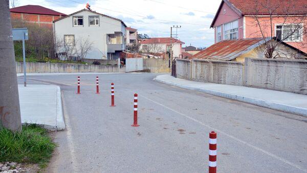 Sakarya'nın Karasu ilçesinde yaşayan Atakan Temel, arsasından usulsüz olarak yol geçirildiğini iddia ederek yolu dubalarla kapattı ve iki gün boyunca arsasında oturarak nöbet tutmaya başladı. - Sputnik Türkiye