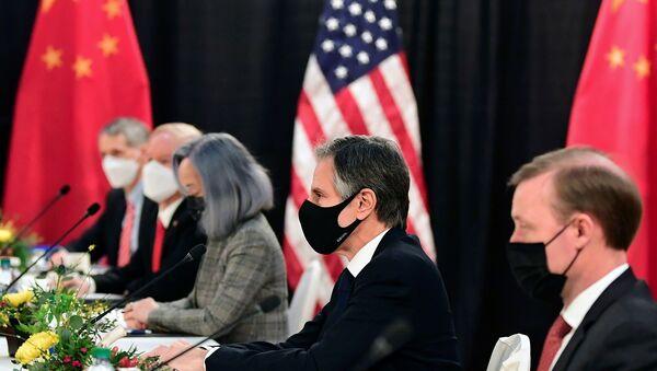 ABD ve Çin heyetleri arasında Alaska'da yapılan görüşmeler gergin başladı. ABD tarafı, Çin'i 'küresel istikrarı tehdit etmekle' suçlarken, Çin tarafı da siyah Amerikalılara yönelik kötü muameleyi anımsatarak ABD'nin, insan hakları konusunda ikiyüzlü davrandığını kaydetti. - Sputnik Türkiye