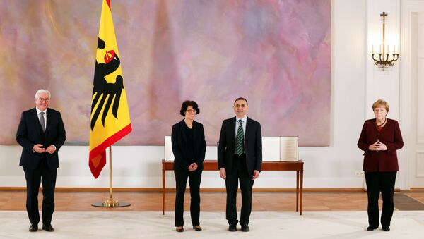 CumhurbaşkanıFrank-Walter Steinmeier'in Bellevue Sarayı'nda düzenlediği veBaşbakan Angela Merkel'in de katıldığıtörende,BioNTech'i kurup yönetenTürkiye kökenli Özlem Türeci-Uğur Şahin çiftine,Almanya'nın en üst düzey devlet madalyası olan Liyakat Nişanı takdim edildi. - Sputnik Türkiye