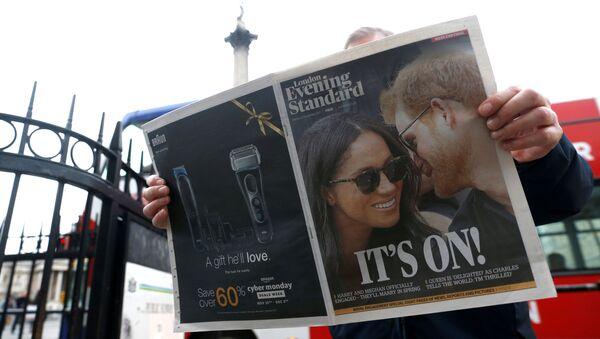 Prens Harry'nin Meghan Markle ile nişanlandıklarını açıklamasına dair London Evening Standard'ın başsayfa haberi - Sputnik Türkiye