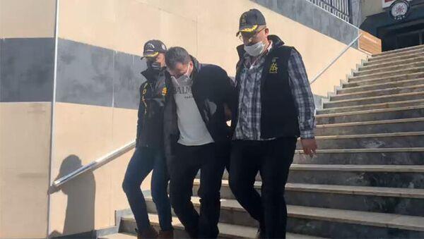 Eyüpsultan'da bankaya girerek bıçakla 90 bin liralık soygun yapan şüpheli, emniyetteki işlemlerinin ardından adliyeye sevk edildi. Soygun anı güvenlik kameralarına yansıdı. - Sputnik Türkiye