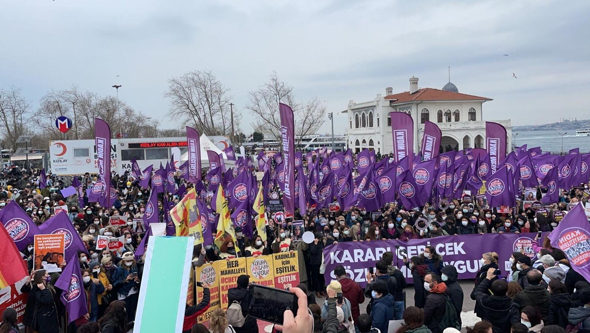 Türkiye'nin dört bir yanında kadınlar, STK'lar ve kadın örgütleri Cumhurbaşkanlığı Kararı ile İstanbul Sözleşmesi'nden çıkma kararına karşı sokakta. Kadınlar İstanbul Kadıköy'de '''Kararı geri çek, sözleşmeyi uygula'' sloganlarıyla eylemde. - Sputnik Türkiye, 1920, 11.05.2021