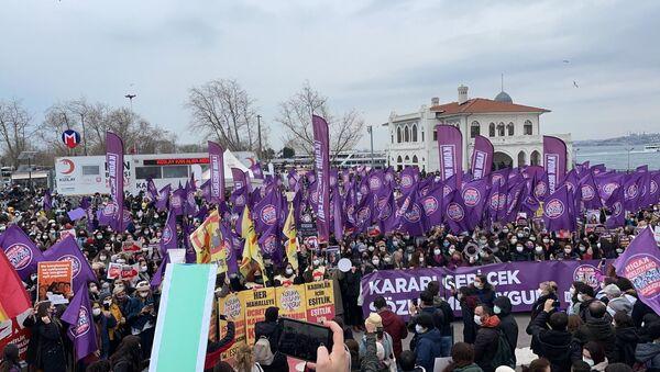 Türkiye'nin dört bir yanında kadınlar, STK'lar ve kadın örgütleri Cumhurbaşkanlığı Kararı ile İstanbul Sözleşmesi'nden çıkma kararına karşı sokakta. Kadınlar İstanbul Kadıköy'de '''Kararı geri çek, sözleşmeyi uygula'' sloganlarıyla eylemde. - Sputnik Türkiye