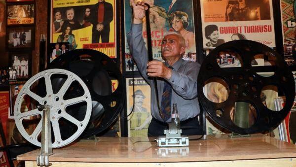 Adana'da çocukken sinema salonlarında gazoz satan sonraki yıllarda ise 15 yıl film makinistliği yapan Sabri Şenevi - Sputnik Türkiye