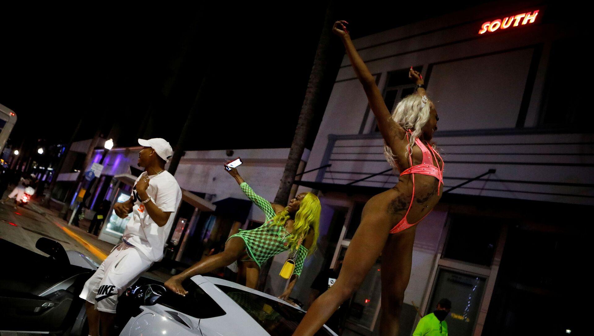 Bahar tatiline gelen gençlerin sokaklarında ve plajlarında çılgın partiler düzenlediği Miami Beach, OHAL ilan edip gece sokağa çıkma yasağı koydu. - Sputnik Türkiye, 1920, 21.03.2021