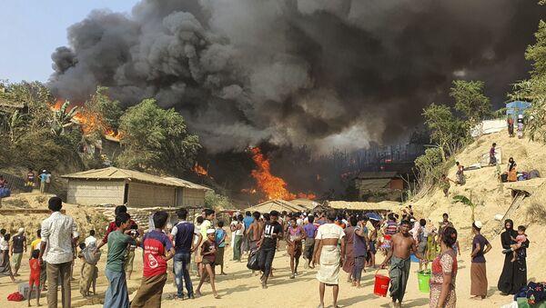 Bangladeş'teki Rohingya mülteci kampında yangın - Sputnik Türkiye
