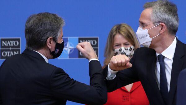 NATO Dışişleri Bakanları Toplantısı öncesi düzenlenen etkinlikte ABD Dışişleri Bakanı Antony Blinken (solda) ile NATO Genel Sekreteri Jens Stoltenberg'den koronavirüs nedeniyle dirsek selamı - Sputnik Türkiye