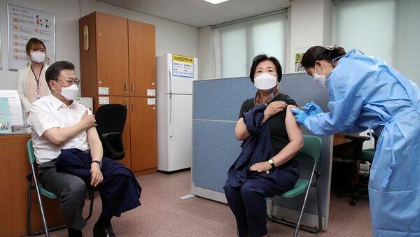 Güney Kore Cumhurbaşkanı Jae-in ve eşi koronavirüs aşısı oldu - Sputnik Türkiye