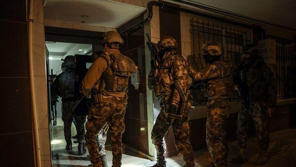İstanbul'da IŞİD'e yönelik 10 ilçede düzenlenen eş zamanlı operasyonda, 16'sı yabancı uyruklu 18 şüpheli gözaltına alındı. - Sputnik Türkiye