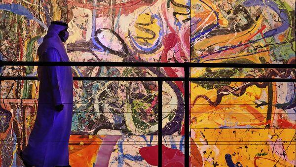 Sacha Jafri'nin 'The Journey of Humanity' (İnsanlığın Yolculuğu) isimli tablosunun önünden geçen bir ziyaretçi (BAE, Dubai, Otel Atlantis, The Palm) - Sputnik Türkiye