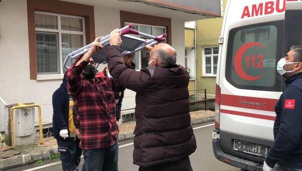 Samsun'da akıllara durgunluk veren bir ev kazası yaşandı. Evin içerisinde yukarıda bir yerde durandemirmerdivendüşerek adamın kafasına sağlandı. Talihsiz adam kafasındakimerdivenle ambulansa alınarak hastaneye kaldırıldı. - Sputnik Türkiye