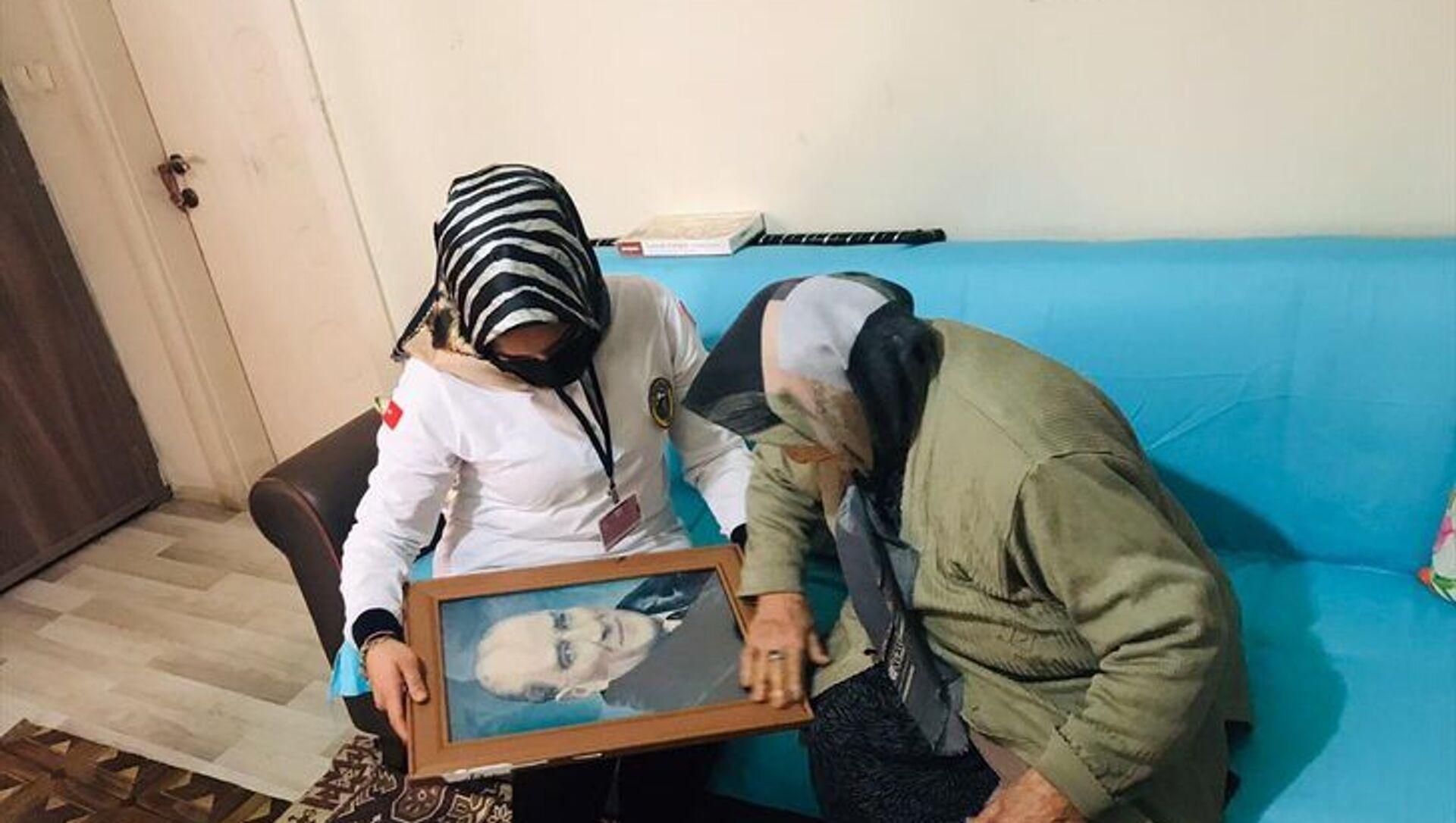 Iğdır'da sağlık çalışanları, Latife ninenin Atatürk portresi isteğini yerine getirdi - Sputnik Türkiye, 1920, 25.03.2021