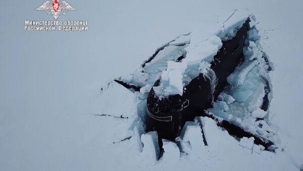 Üç nükleer denizaltının aynı anda buzları kırıp yüzeye çıktığı anın görüntüleri yayınlandı - Sputnik Türkiye