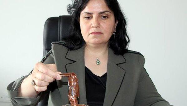 Nevşehir'de bir vatandaş tarafından marketten alınan ünlü bir markaya ait çikolata kavanozunun içerisinden başka bir firmaya ait paket içerisinde çikolata çıkması şaşırttı. - Sputnik Türkiye