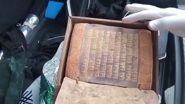 Samsun'da sanduka içerisinde yaklaşık 2000-2500 yıllık olduğu değerlendirilen İbranice alfabe ile altın işlemeli Tevrat ele geçirildi. Olayla ilgili 5 kişi gözaltına alındı. - Sputnik Türkiye