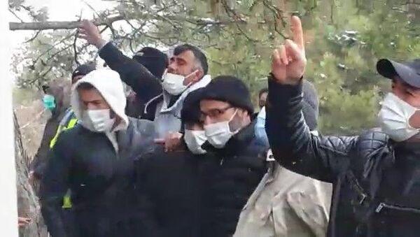 Tazminatlarını alamayan işçiler, eski patronlarına cenaze namazında haklarını helal etmediler - Sputnik Türkiye