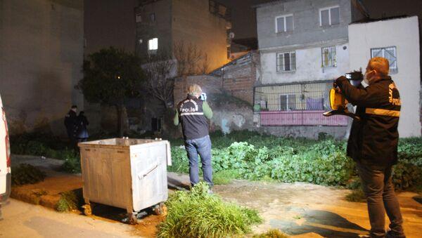 İzmir'in Konak ilçesinde bir kişi, dini nikahlı eşi olduğu iddia edilen 5 aylık hamile kadını, 16 yerinden bıçaklayarak öldürdü. Olayın ardından kaçan şüpheli, kısa sürede polis tarafından yakalandı. - Sputnik Türkiye