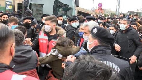 İstanbul Çağlayan'daki Adalet Sarayı önünde, Boğaziçi Üniversitesi gözaltılarını protesto etmek isterken gözaltına alınan ve adliyeye sevk edilen 6 öğrenci de adli kontrol şartıyla serbest bırakıldı.  - Sputnik Türkiye