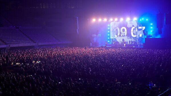 İspanya'da korona virüs salgını döneminde ilk kez sosyal mesafe kuralı olmayan ve yüksek katılımlı konser gerçekleştirilirken, konsere 5 bin kişi katıldı. - Sputnik Türkiye