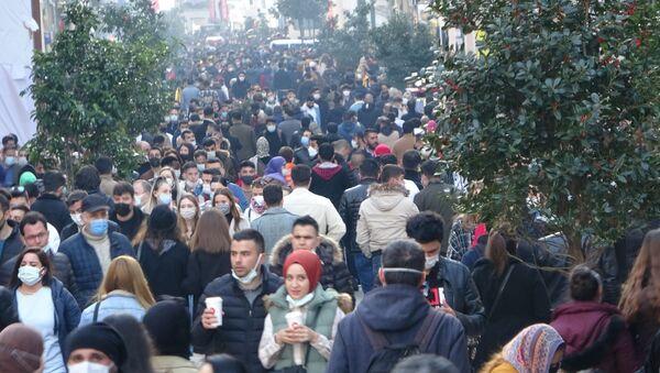 Beyoğlu İstiklal Caddesi'nde kısıtlamasız cumartesi gününde adım kalacak yer kalmadı. Korona virüse rağmen adeta adım atılacak yerin kalmadığı caddede vatandaşlar tedbirlere aldırmadı. - Sputnik Türkiye