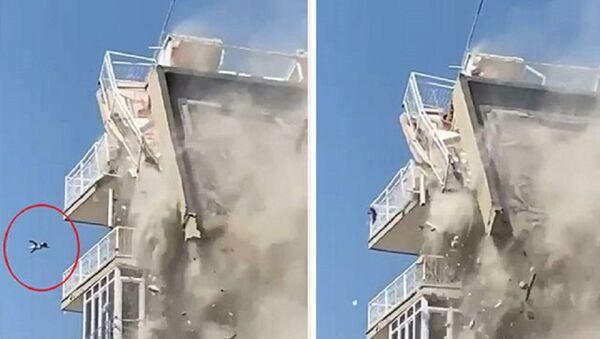 İzmir'de bina yıkılırken aşağıya düşen kedi ağır yaralandı - Sputnik Türkiye