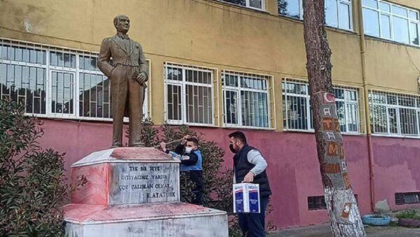 Atatürk heykeline saldırı - Sputnik Türkiye