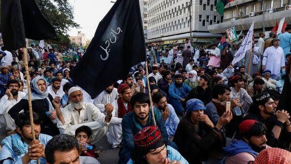 Pakistan'ın Hayber Pahtunhva eyaletinde 3 hafta önce kaybolan ve 21 Mart'ta başlarından vurulmuş halde ölü bulunan 4 çocuğun katillerinin bulunması için başkent İslamabad'a yürümek isteyenlerle polis arasında çatışma çıktı. - Sputnik Türkiye