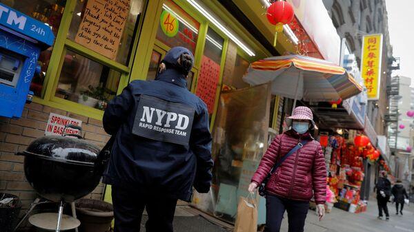 New York'ta sokak ortasında Asyalı kadına saldırı - Sputnik Türkiye