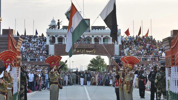 Hindistan - Pakistan arasındaki Wagah sınır kapısında bayrak töreni - Sputnik Türkiye