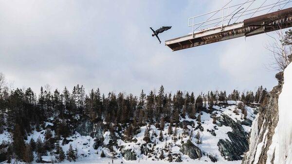 Kanadalı atlet donmuş göle 22 metre yükseklikten dalış yaptı - Sputnik Türkiye