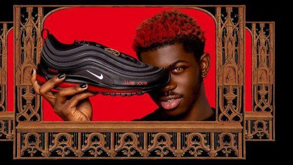 Lil Nas X, MSCHF üretimi 'Satan Shoes' (Şeytan Ayakkabıları) ile poz verirken - Sputnik Türkiye