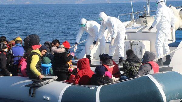 Ege Denizi'nin Midilli Adası bölgesinde Yunanistan tarafından 7 geri itme olayı gerçekleşirken toplam 231 sığınmacı kurtarıldı. - Sputnik Türkiye