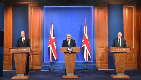 İngiltere Başbakanı Boris Johnson, kabine toplantısı sonrası Başbakanlık Ofisi 10 Numara'da baş tıp görevlisi Prof. Chris Whitty ve hükümetin bilim danışmanı Patrick Vallance ile basın toplantısı düzenledi. - Sputnik Türkiye