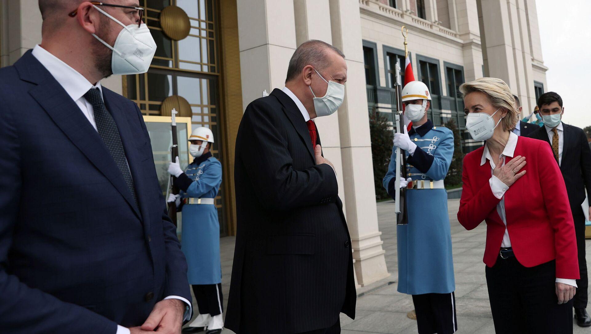 AB Konseyi Başkanı Charles Michel, Cumhurbaşkanı Recep Tayyip Erdoğan, Avrupa Komisyonu Başkanı Ursula von der Leyen (soldan sağa) - Sputnik Türkiye, 1920, 06.04.2021