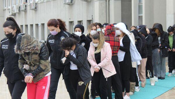 Ankara merkezli 3 ilde, ilişkiye girmek için eve çağırdıkları kişileri gasp eden çeteye yönelik düzenlenen 'Yarasa Kız' operasyonunda gözaltına alınan 125 kişi adliyeye sevk edildi. - Sputnik Türkiye