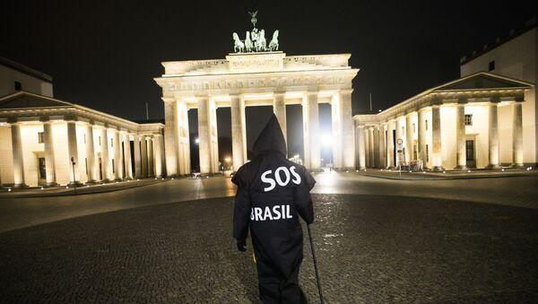 Almanya'da yaşayanBrezilyalı multimedya sanatçısı Rafael Puetter, Brezilya'daki Kovid-19 pandemisi politikalarını protesto için her gece Azrail kılığında Brandenburg Kapısı'na yürürken - Sputnik Türkiye