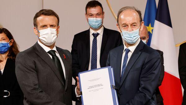 Fransız tarihçi ve Ruanda soykırımına ilişkin araştırma yapmak üzere kurulan komisyonun Başkanı Vincent Duclert ve Cumhurbaşkanı Emmanuel Macron - Sputnik Türkiye