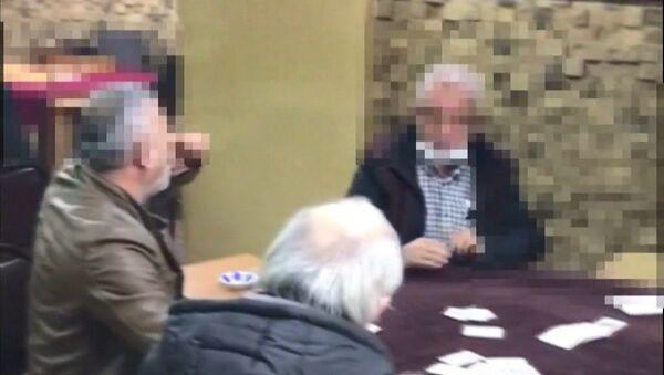 Kocaeli'nin İzmit ilçesinde koronavirüs tedbirlerine uymayarak kahvehanede okey oynayan 16 kişi polis baskınında suçüstü yakalandı - Sputnik Türkiye