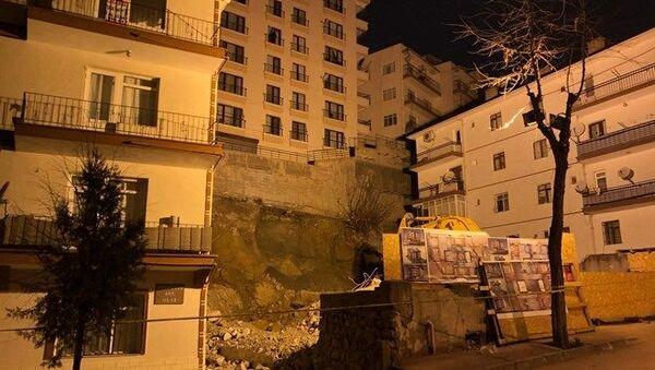 Ankara'da, inşaat çalışması nedeniyle temelinde kayma oluşan 8 katlı Bahar Apartmanı ve çevresindeki 14 bina, çökme riskine karşı evlerinden tahliye edildi. - Sputnik Türkiye