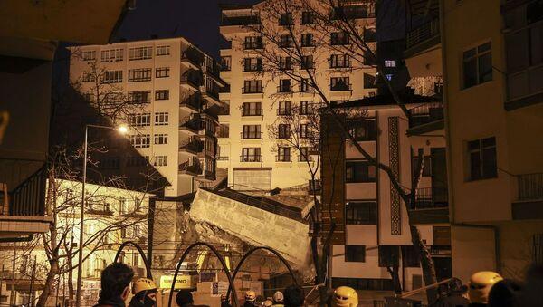 Ankara'nın Çankaya ilçesine bağlı İleri Mahallesi Mektep Sokak'ta yakın zamanda yapımına başlanan inşaat çalışmaları sırasında yan tarafında bulunan Altay Sokak'taki 8 katlı binanın istinat duvarının yıkılması ve temelinde boşluk oluşmasıyla çökme tehlikesi meydana geldi. - Sputnik Türkiye