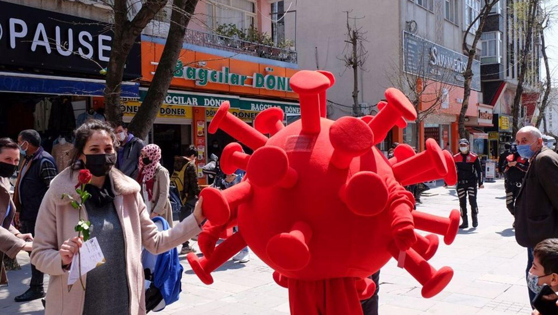 Bağcılar'da 'koronavirüs kostümlü' etkinlik: Kurallara uyanlara gül, uymayanlara kırmızı kart - Sputnik Türkiye, 1920, 12.04.2021