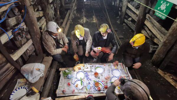 Maden işçileri, Ramazan ayının ilk sahurunu yerin 250 metre altında yaptılar - Sputnik Türkiye