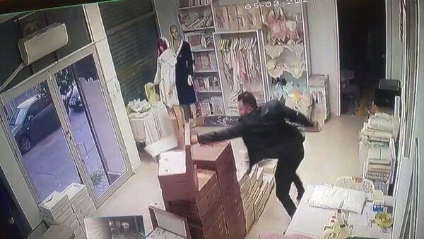 Eski sevgilisinin tehditlerini anlatan kadın: 3 çalışanımı bıçakla rehin aldı, savcılığa gittik ama sonuç alamadık - Sputnik Türkiye